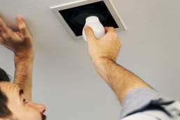 Homem muda uma lâmpada LED Poupar é Ganhar
