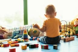 Criança na creche com brinquedos. Pais obrigados a pagar mensalidades da creche em periodo de pandemia.