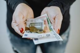 Notas e moedas em euros, vantagens do dinheiro físico, numérario.